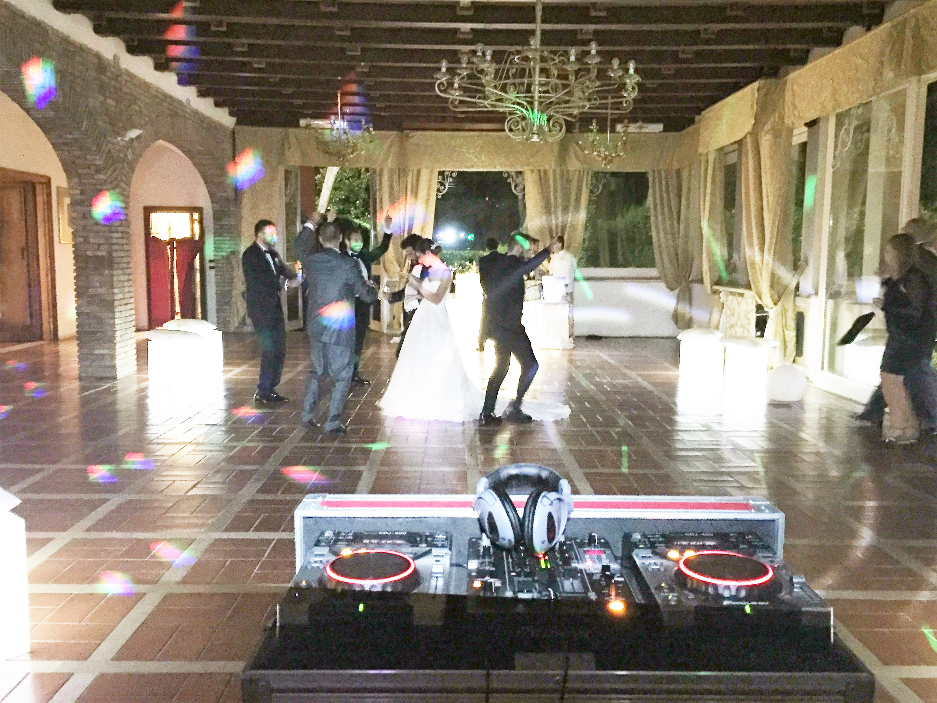 Musica con puff e bar luminosi a Villa Majestic